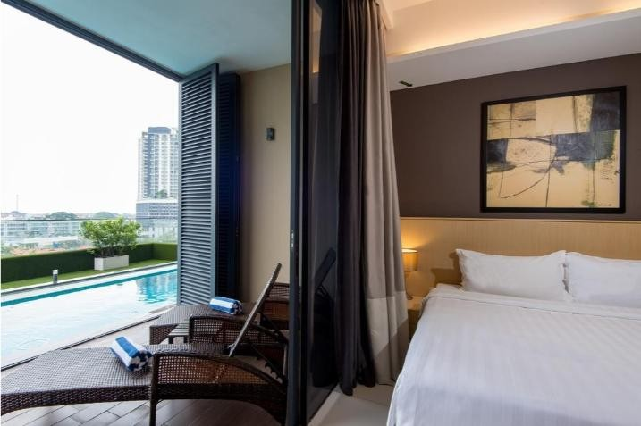 King Suite with Pool View
